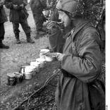 398px-Bundesarchiv_Bild_101I-578-1931-36,_Italien,_deutsche_u__italienische_Soldaten_bei_Verpflegung