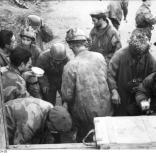 Italien, deutsche u. italienische Soldaten bei Verpflegung