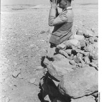 434px-Bundesarchiv_Bild_101I-784-0238-06A,_Nordafrika,_Erwin_Rommel_mit_Fernglas