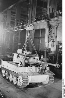 399px-Bundesarchiv_Bild_101I-635-3965-05,_Panzerfabrik_in_Deutschland