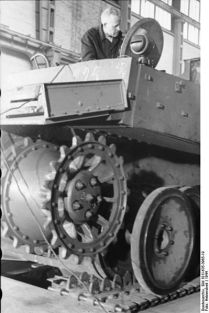 399px-Bundesarchiv_Bild_101I-635-3965-19,_Panzerfabrik_in_Deutschland