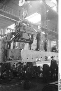 399px-Bundesarchiv_Bild_101I-635-3965-25,_Panzerfabrik_in_Deutschland