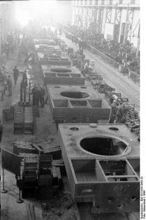 399px-Bundesarchiv_Bild_101I-635-3965-33,_Panzerfabrik_in_Deutschland