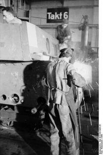 400px-Bundesarchiv_Bild_101I-635-3965-26,_Panzerfabrik_in_Deutschland