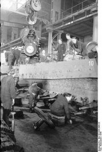 402px-Bundesarchiv_Bild_101I-635-3965-23,_Panzerfabrik_in_Deutschland