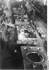 426px-Bundesarchiv_Bild_101I-635-3966-04,_Panzerfabrik_in_Deutschland