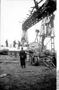 396px-Bundesarchiv_Bild_101I-278-0875-19A,_Russland,_Reparatur_eines_Panzers_VI_(Tiger_I)