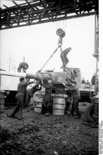 396px-Bundesarchiv_Bild_101I-278-0875-21A,_Russland,_Reparatur_eines_Panzers_VI_(Tiger_I)