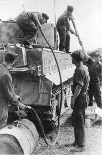 396px-Bundesarchiv_Bild_146-1978-107-06,_Panzer_VI_-Tiger_I-,_Auftanken,_Aufmunitionieren