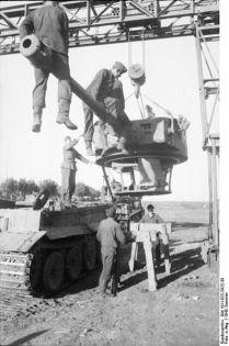 398px-Bundesarchiv_Bild_101I-022-2922-38,_Russland,_Reparatur_Panzer_VI_-Tiger_I-