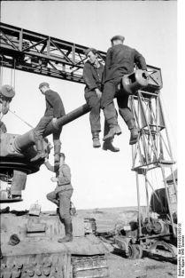 399px-Bundesarchiv_Bild_101I-022-2922-32,_Russland,_Reparatur_Panzer_VI_-Tiger_I-