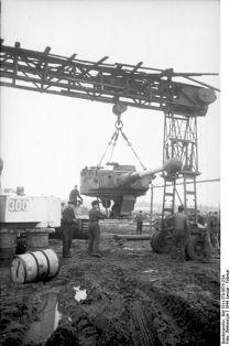 399px-Bundesarchiv_Bild_101I-278-0875-23A,_Russland,_Reparatur_eines_Panzers_VI_(Tiger_I)