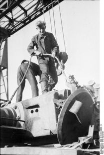 401px-Bundesarchiv_Bild_101I-022-2922-19,_Russland,_Reparatur_Panzer_VI_-Tiger_I-