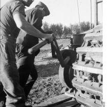 401px-Bundesarchiv_Bild_101I-022-2922-23,_Russland,_Reparatur_Panzer_VI_-Tiger_I-
