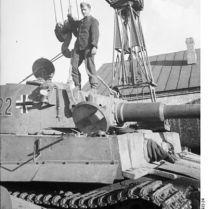 402px-Bundesarchiv_Bild_101I-022-2922-24,_Russland,_Reparatur_Panzer_VI_-Tiger_I-