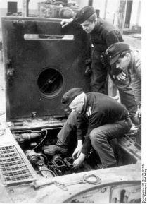 432px-Bundesarchiv_Bild_101I-278-0874-32,_Russland,_Reparatur_eines_Panzer_VI_(Tiger_I)