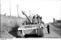 Italien, bei Rom, Panzer VI (Tiger I) auf Straße
