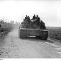 Italien, Panzer VI in Fahrt auf Landstraße