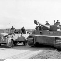 Tunesien, Fahrzeug neben Panzer VI (Tiger I)