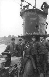 381px-Bundesarchiv_Bild_101II-MW-5566-24,_Wilhelmshaven,_U-Boot-Männer_mit_Eisernem_Kreuz