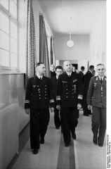 395px-Bundesarchiv_Bild_101II-MW-4012-08,_Frankreich,_Dönitz_bei_Offizieren