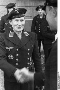 397px-Bundesarchiv_Bild_101II-MS-0976-18,_Ordensverleihung_an_U-Boot-Besatzung