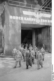398px-Bundesarchiv_Bild_101II-MW-6059-08,_Frankreich,_Brest,_U-Bootbunker