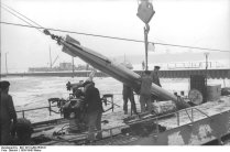 Bundesarchiv_Bild_101II-MW-5536-01,_Wilhelmshaven,_U-Boot,_Torpedo-Übernahme