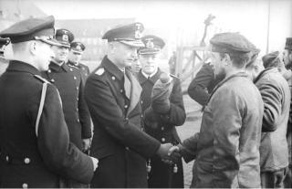 Bundesarchiv_Bild_101II-MW-5564-25,_Wilhelmshaven,_Dönitz_begrüßt_U-Boots-Männer