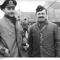 Wilhelmshaven, 2 U-Boot-Männer mit Eisernem Kreuz
