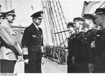 "Arthur Axmann u. Karl Dönitz an Bord der ""Horst Wessel"""