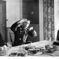 """Lw.K.B. (mot.) 3 - Archiv-Nr. 976/29 Bildberichter Sdf. Dreesen, 3. KB.Zug Text: Das OKW meldete: """"Oberstleutnant Mölders errang am 16. April seinen 64. und 65., Oberstleutnant Galland am 15. April seinen 59., und 60. Luftsieg"""" - Hier schildert Oberstleutnant Mölders in Gegenwart von Generalmajor Osterkamp und Oberstleutnant Galland den Verlauf seines letzten Luftkampfes. Fot. Scherl"""