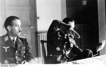 Die beiden erfolgreichsten Jagdflieger, Oberstleutnant Galland und Oberstleutnant Mölders, nach ihren letzten Luftsiegen. Oberstleutnant Mölders gibt seine Kameraden eine Schilderung des Kampfverlaufes. PK - Aufnahme: Kriegsberichter Dreesen