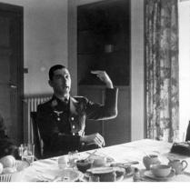 """Das OKW meldete: """"Oberstleutnant Mölders errang am 16. April seinen 64. und 65., Oberstleutnant Galland am 15. April seinen 59. und 60. Luftsieg."""" Hier schildert Oberstleutnant Mölders in Gegenwart von Generalmajor Osterkamp und Oberstleutnant Galland den Verlauf seines letzten Luftkampfes. PK - Aufnahmne: Kriegsberichter: Dreesen 10443-41 April 41"""