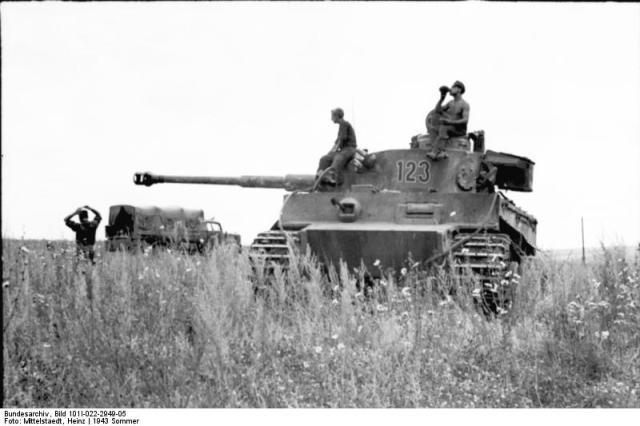 """Russland, Soldaten auf Panzer VI """"Tiger I"""""""